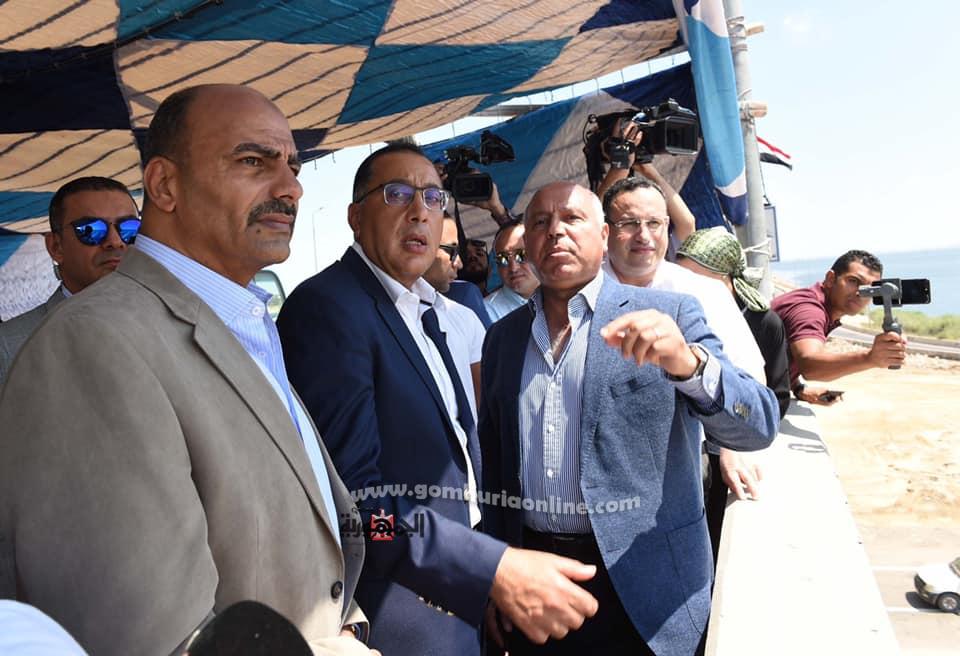 المهندس مصطفى مدبولى يستمع من الفريق كامل الوزيروزيرالنقل لشرح للمشروعات الديده التى تنفذ بالمدينة