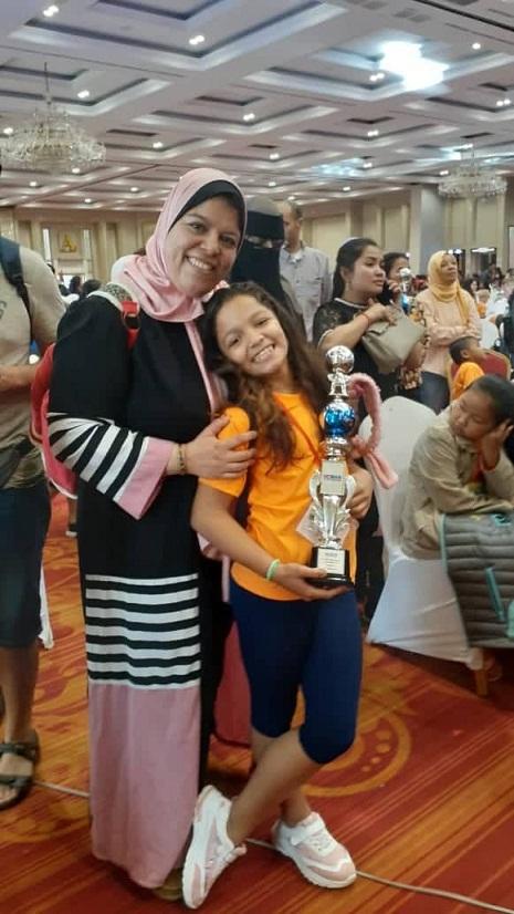 جودى ايهاب مع والدتها الدكتورة ايمان سلام عقب استلام الكأس