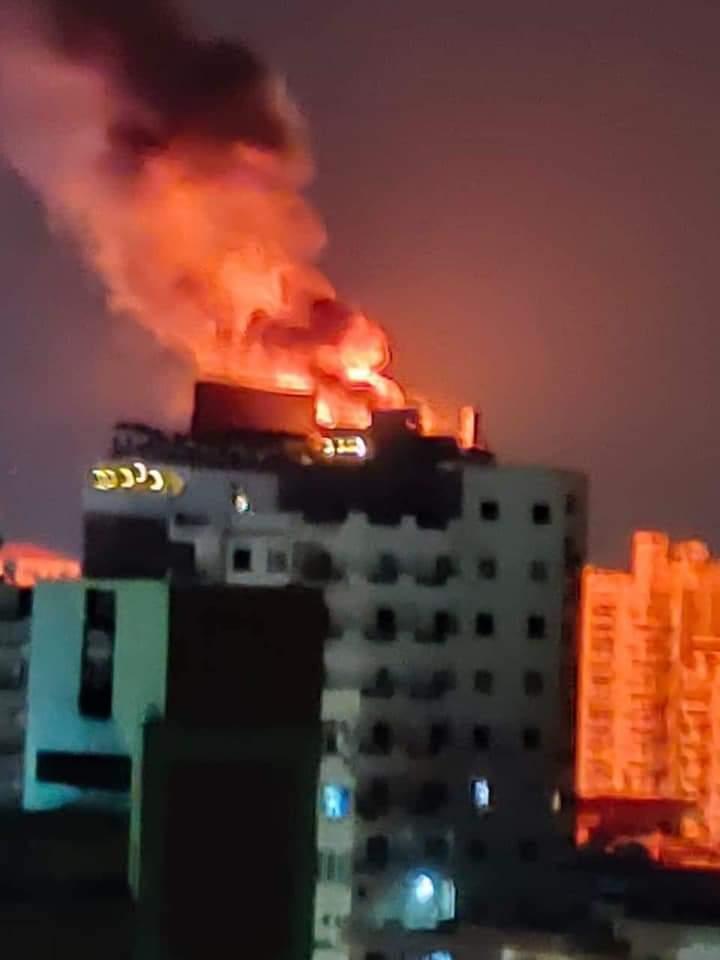 حريق هائل بالطابق الأخير في أحد الفنادق بمدينة طنطا.. صور