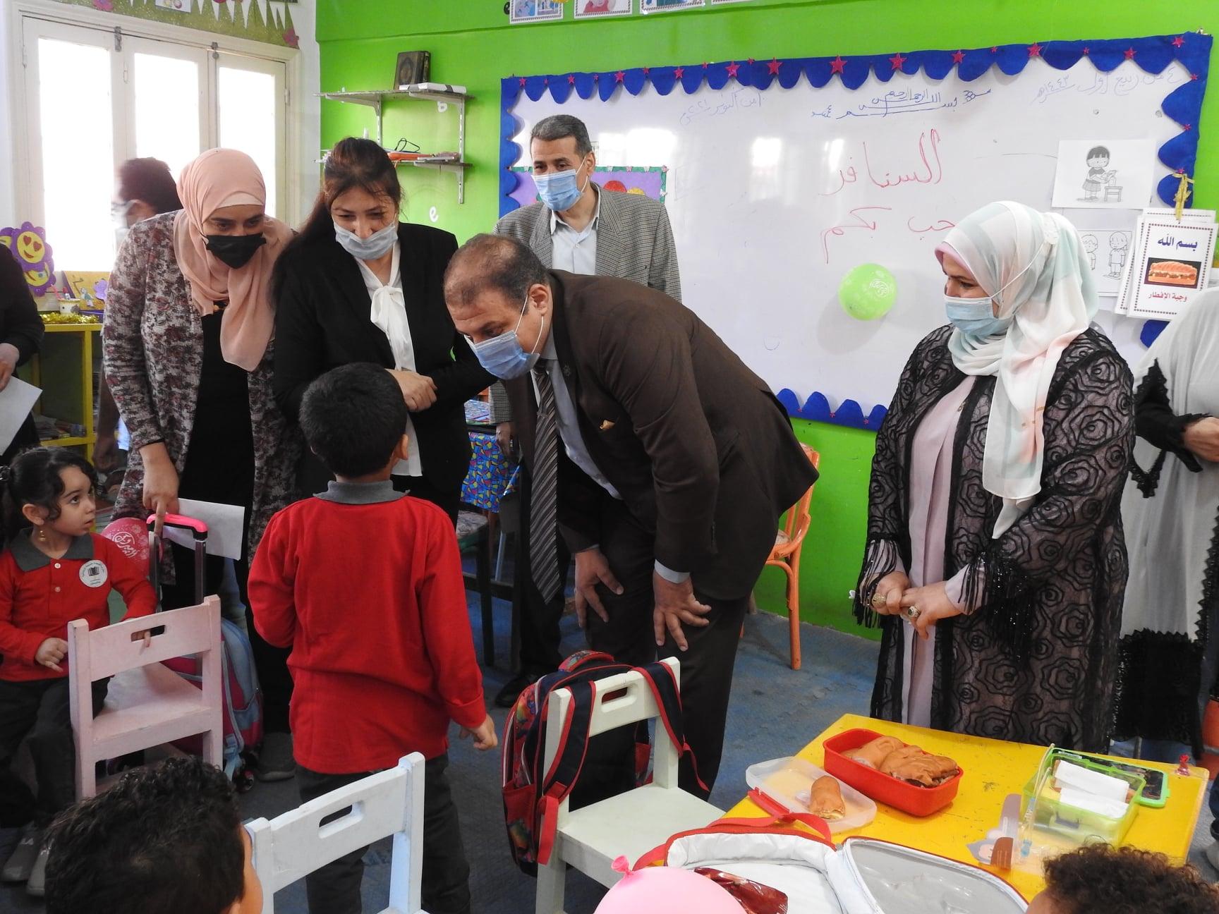 هانى عنتر وثريا منصور يتفقدا فصول رياض الأطفال