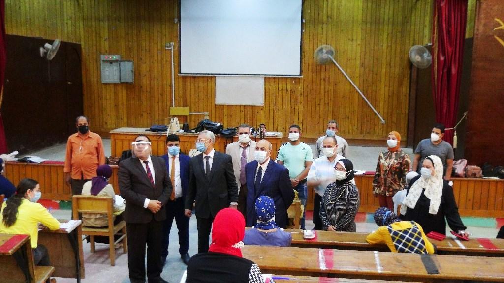 رئيس جامعة المنيا يشيد بمشروع طلاب تكنولوجيا التعليم اثناء الامتحانات