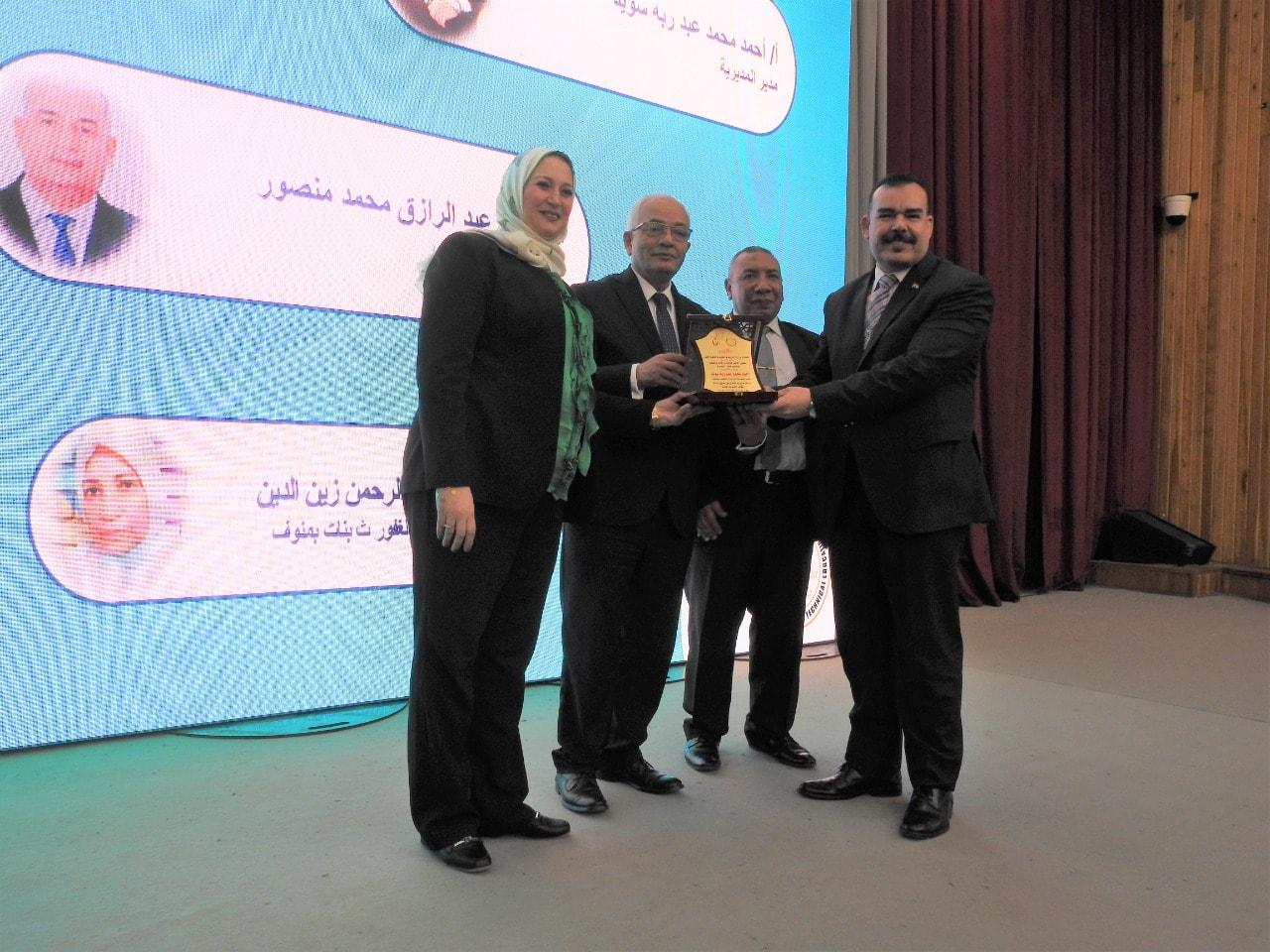 الدكتور رضا حجازى يسلم أحمد سويد درع التفوق