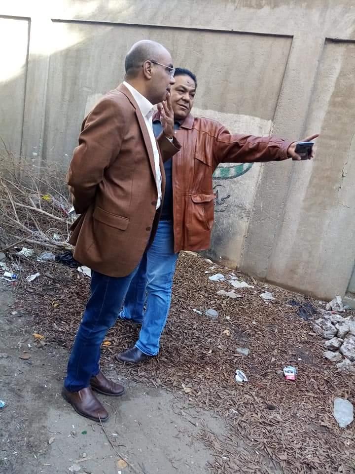 رئيس مدينة الشهداء الجديد اثناء متابعة رفع اكوام القمامة