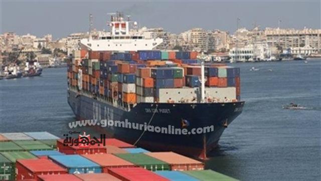 سفينة الحاويات اثناء تراكيها على احد الارصفة بالميناء