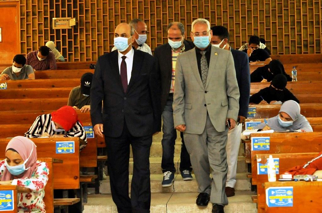رئيس جامعة المنيا يشدد على منع دخول المحمول لجان الامتحانات