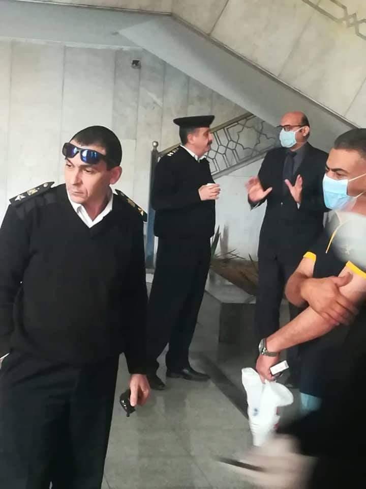 فريق التطهير بصحبة مرافقيه من ضباط مديرية أمن الإسكندرية