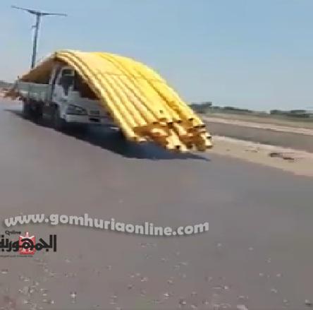 السيارة النقل المحمله بالمواسيربطريقة تمنع قائدها من الرؤية مما يهدد بحدوث كارثة على الطريق