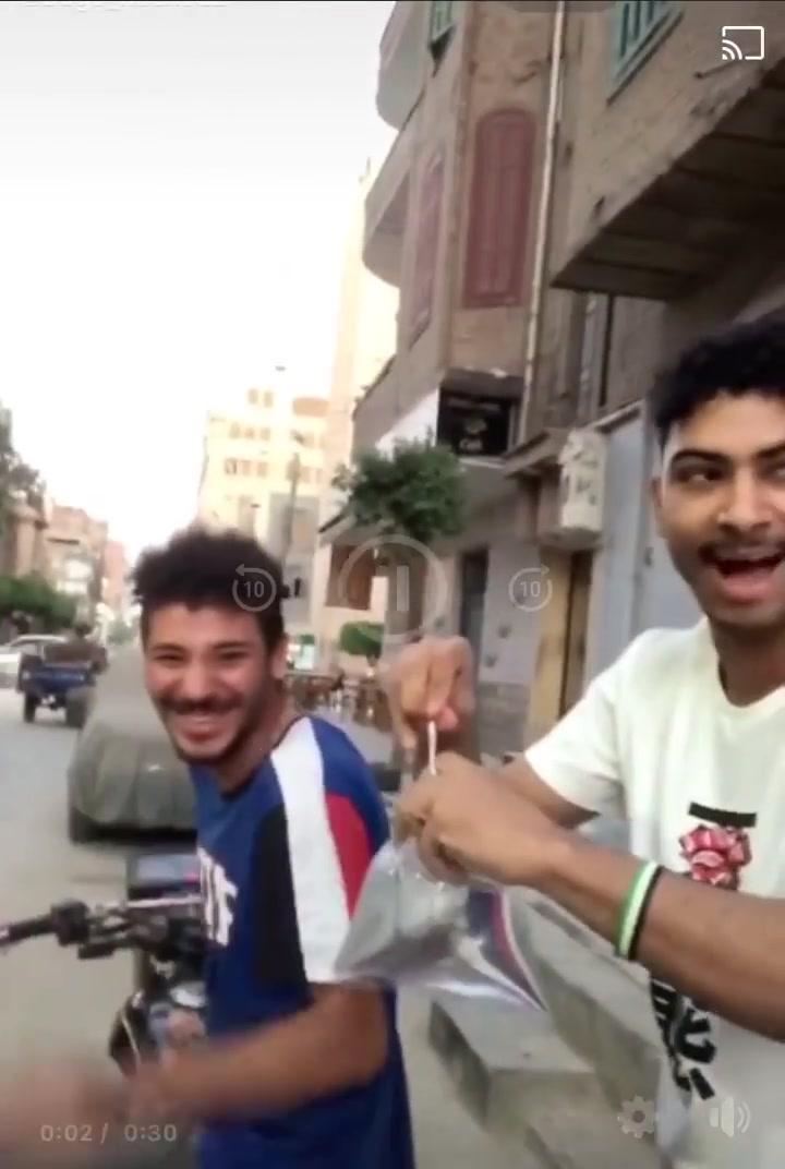 شباب يلقون بأكياس المياه على المواطنين بشبين الكوم