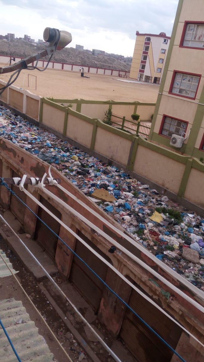 القمامه أعلى المحلات المجاوره لمدارس الرأس السودا