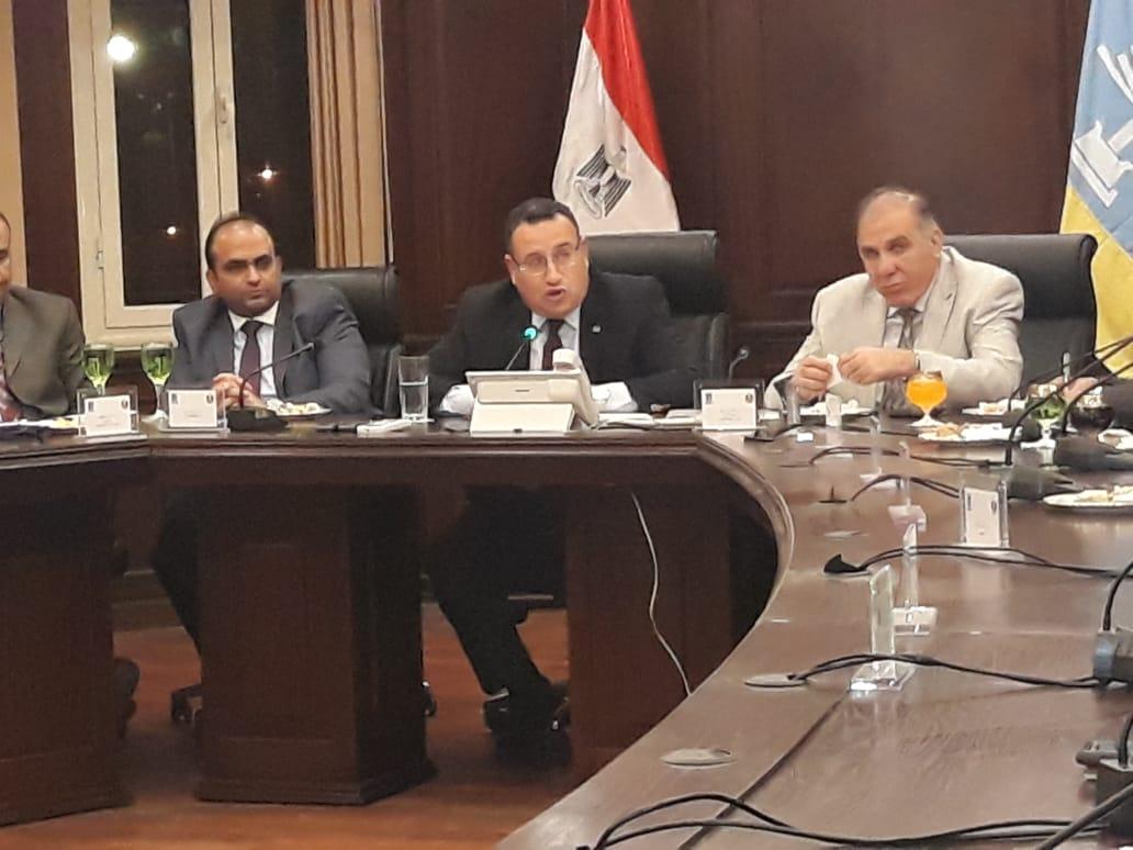 المحافظ وقيادات المحافظه أثناء الأجتماع مع ممثلى النقابات المهنيه