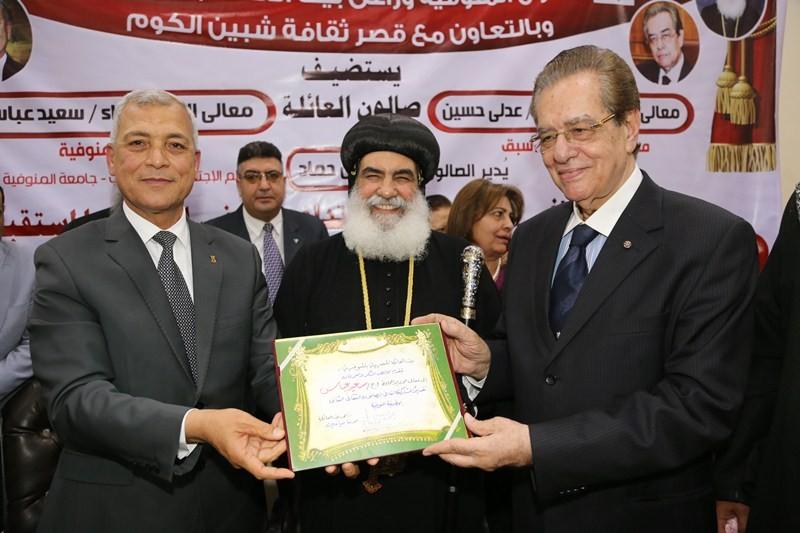 المستشار عدلى حسين يتسلم شهادة تقدير