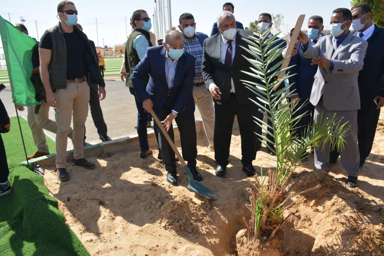 اللواء محمود شعراوى وزير التنمية المحلية أثناء زراعته نخلة بحديقة 30 يونيو