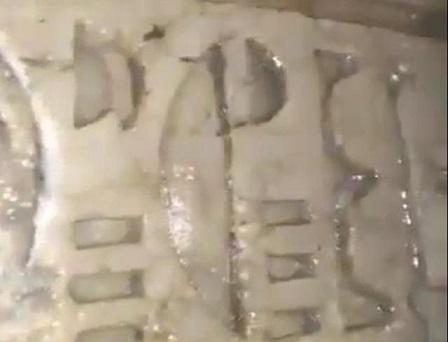 كتلة حجرية عليها كتابات هيروغليفية عثر عليها بمنزل المواطن
