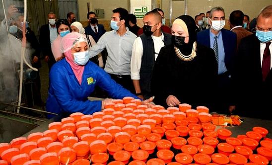 وزيرة التجارة والصناعة ومحافظ القليوبية يتابعان منتجات أحد المصانع