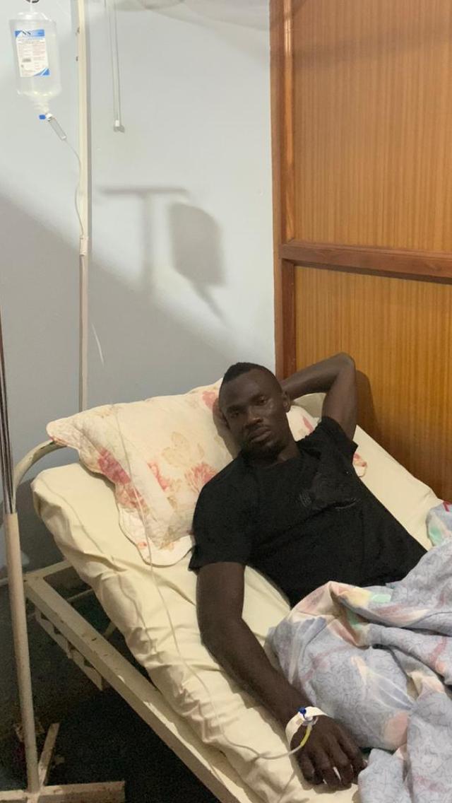 اكوري اثناء تلقيه العلاج باحدي المستشفيات