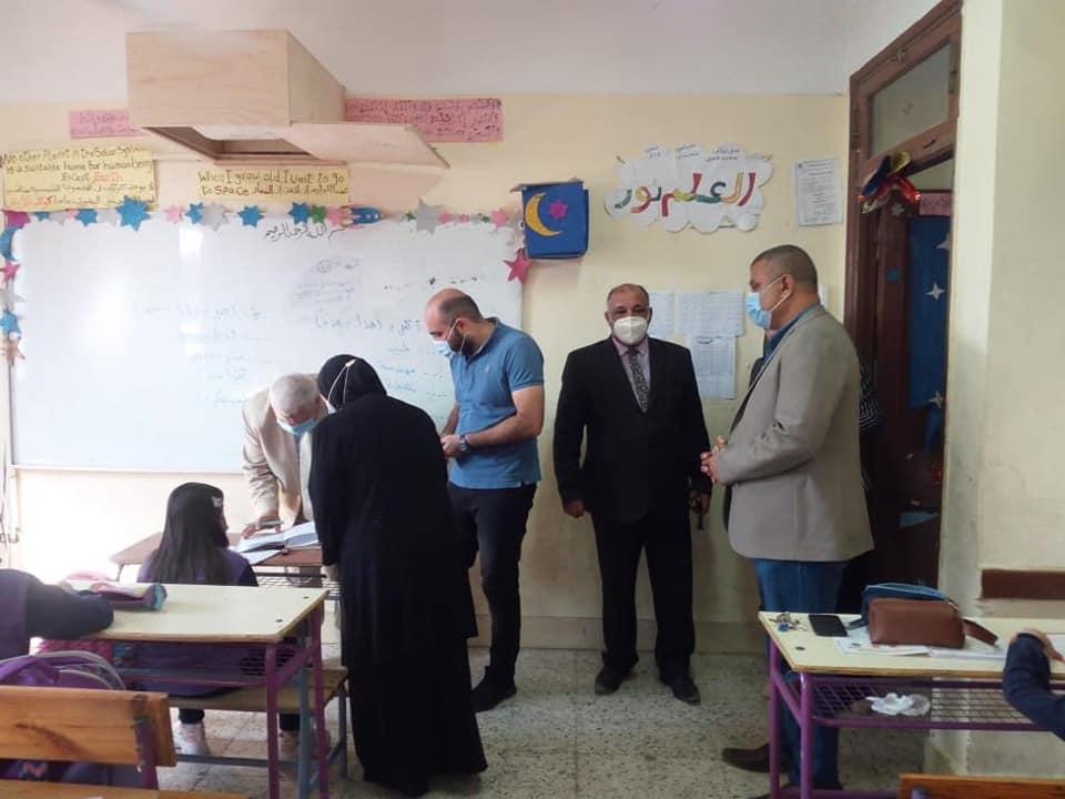 خالد النمر وجمال أمين أثناء متابعة مدارس قويسنا