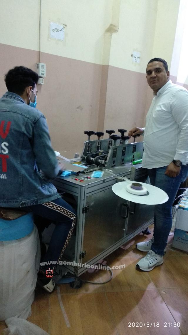 الشاب أحمد الدغيدي بشرف على إنتاج الكمامات الطبية