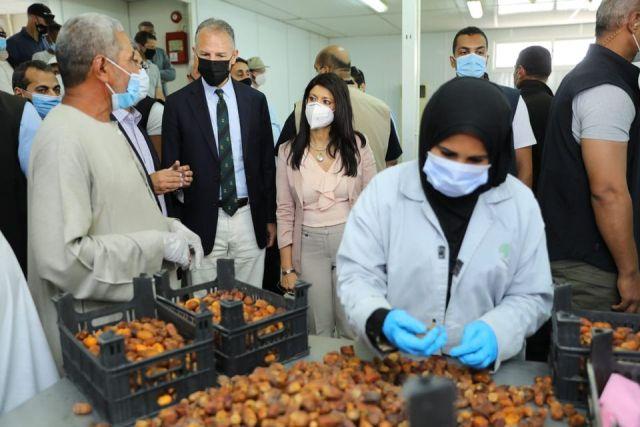 وزيرة التعاون الدولي خلال زيارتها لقرية المحروسة