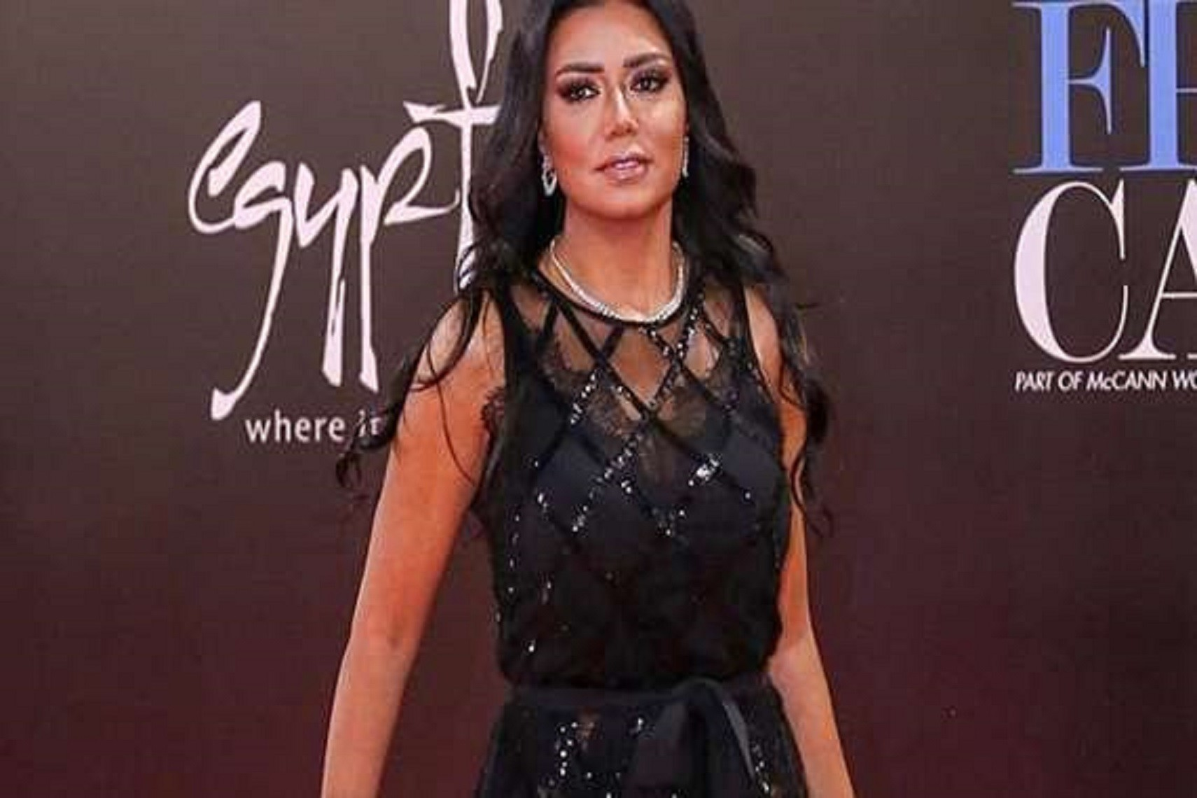 9f2b9a50a رانيا يوسف معلّقة على أزمة الفستان المثير : عيب قماش