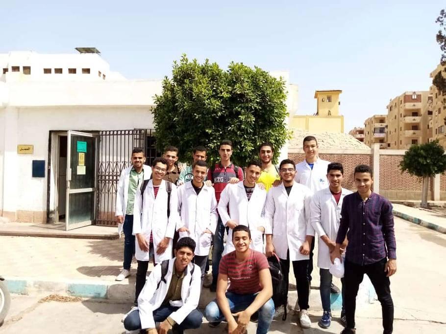 محمد مع زملاءه فى آخر يوم دراسي بمدرسة مياه الشرب بقويسنا