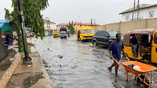 بسبب الفيضانات.. «عاصمة دولة إفريقية» قد تصبح غير صالحة للسكن