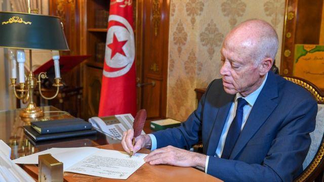 «قرارات جديدة».. الرئيس التونسي يقيل وزيري المالية وتكنولوجيات الاتصال والفلاحة من منصبيهما