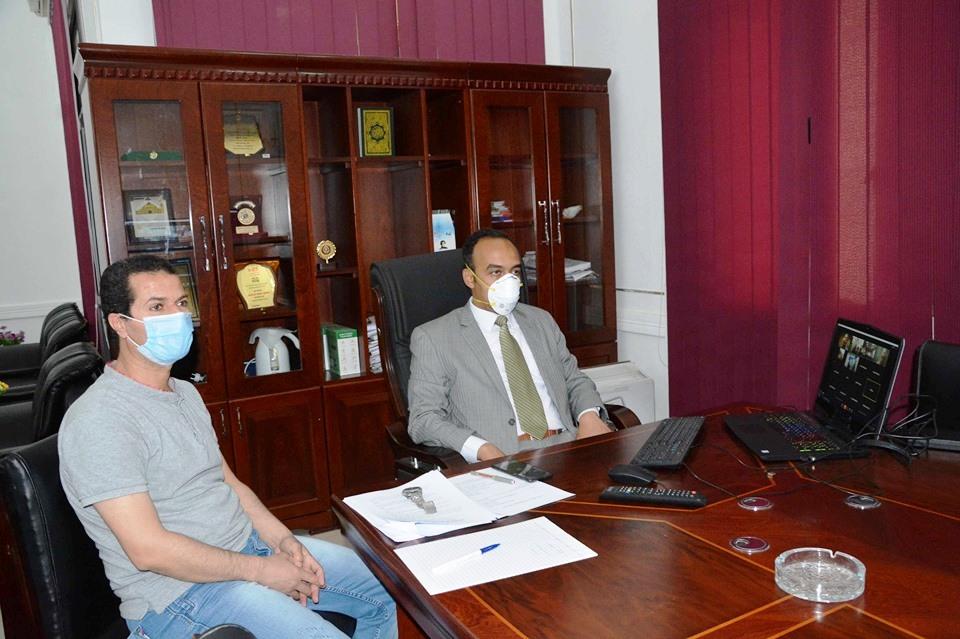 نائب محافظ المنيا اثناء الاجتماع