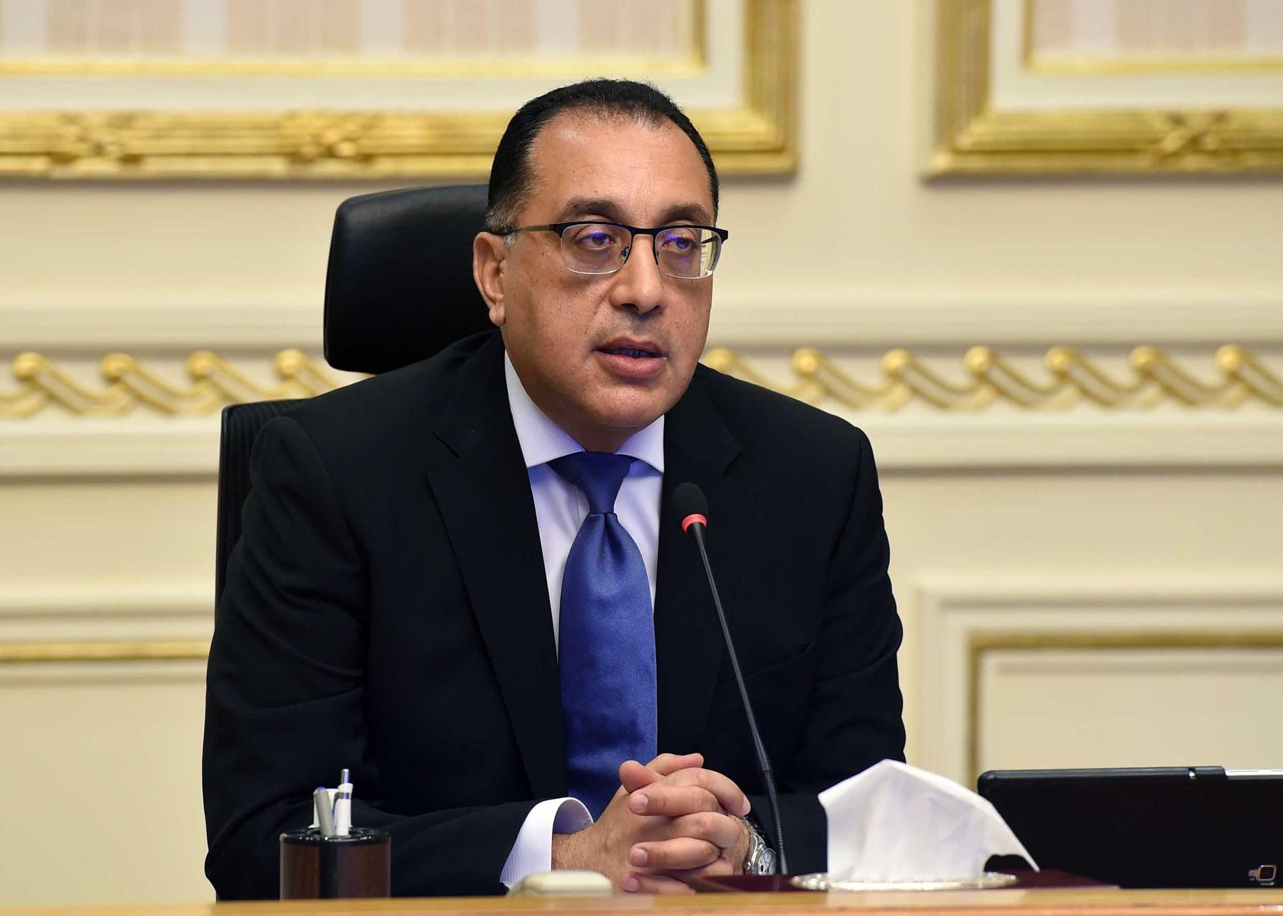 رئيس الوزراء يستعرض مع وزير المالية دليل أصحاب المشروعات المتوسطة والصغيرة