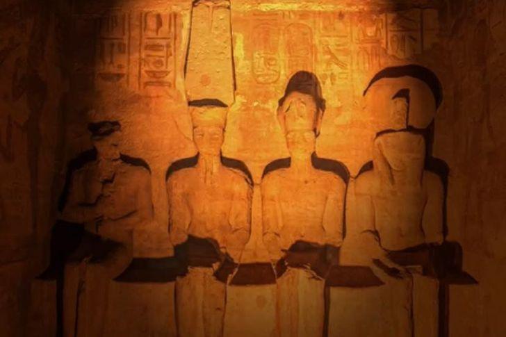 بدء ظاهرة تعامد الشمس على وجه الملك رمسيس بمعبد أبوسمبل