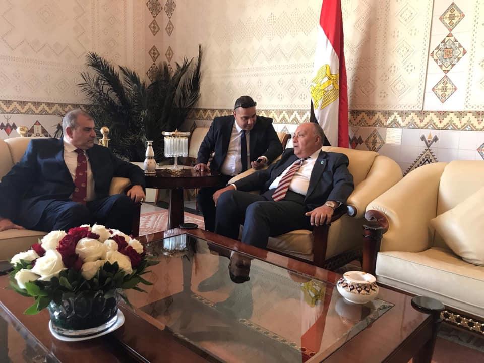 الصورة تجمع وزير الخارجية وسفير مصر في الجزائر ومدير مكتب وكالة أنباء الشرق الأوسط في الجزائر