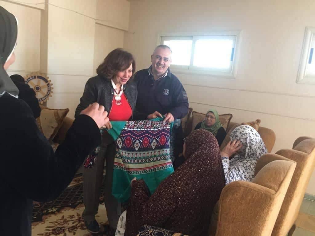 مسئولوا الروتارى يقدمون الهديا للأمهات الكفيفات