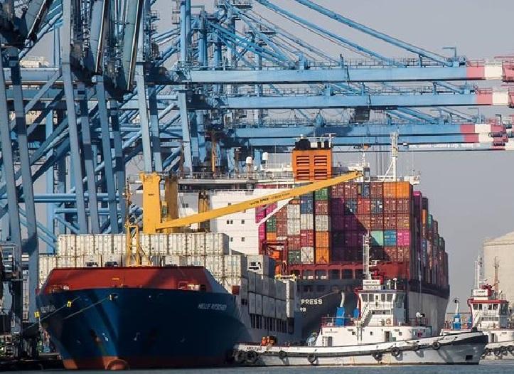 احدى سفن الحاويات بعد دخولها للميناء