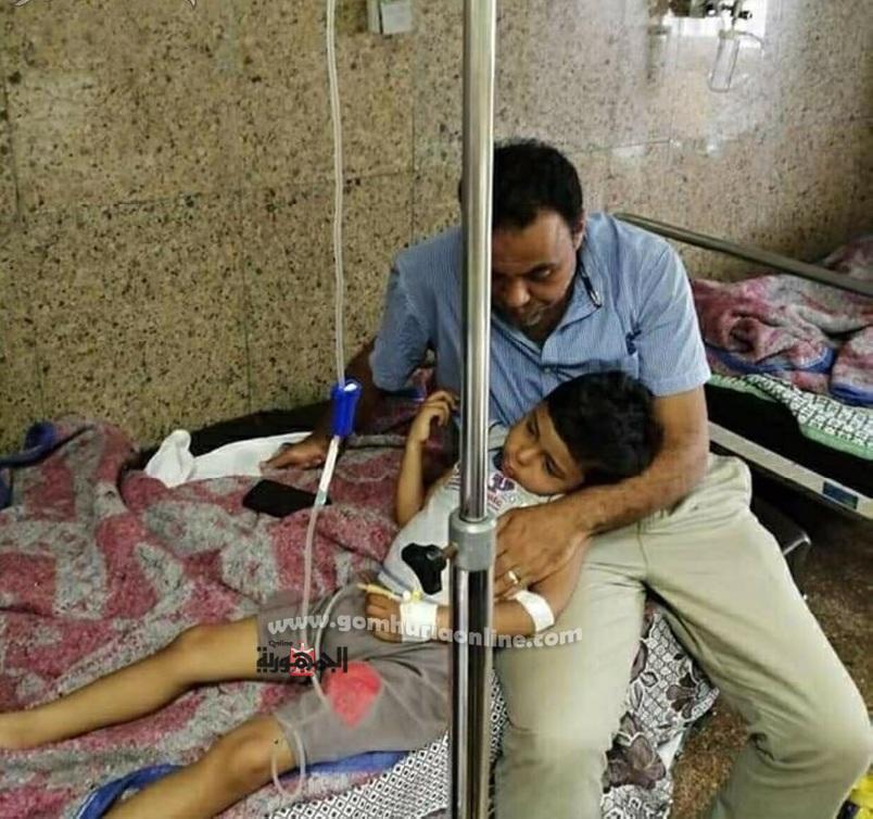 الاب الملكوم يحتضن ابنه الصغير مالك اثناء تلقيه العلاج بمركز السموم بالميرى