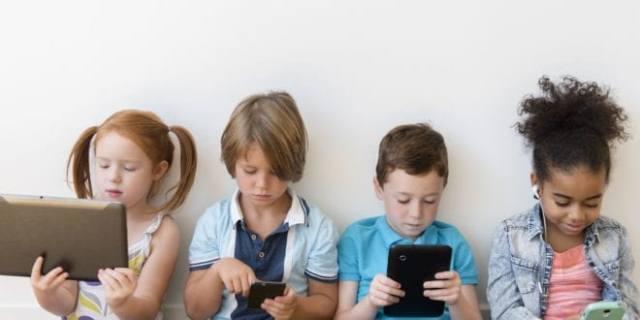 أضرار الإفراط فى استخدام الأجهزة الإلكترونية على الأطفال