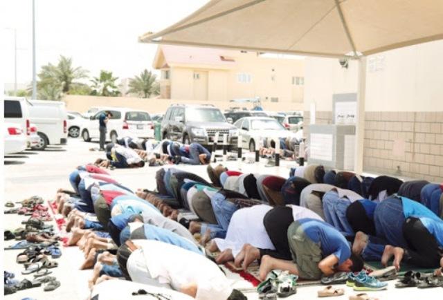 فتوي الأزهر  التحايل بالصلاة خارج المساجد غير جائز
