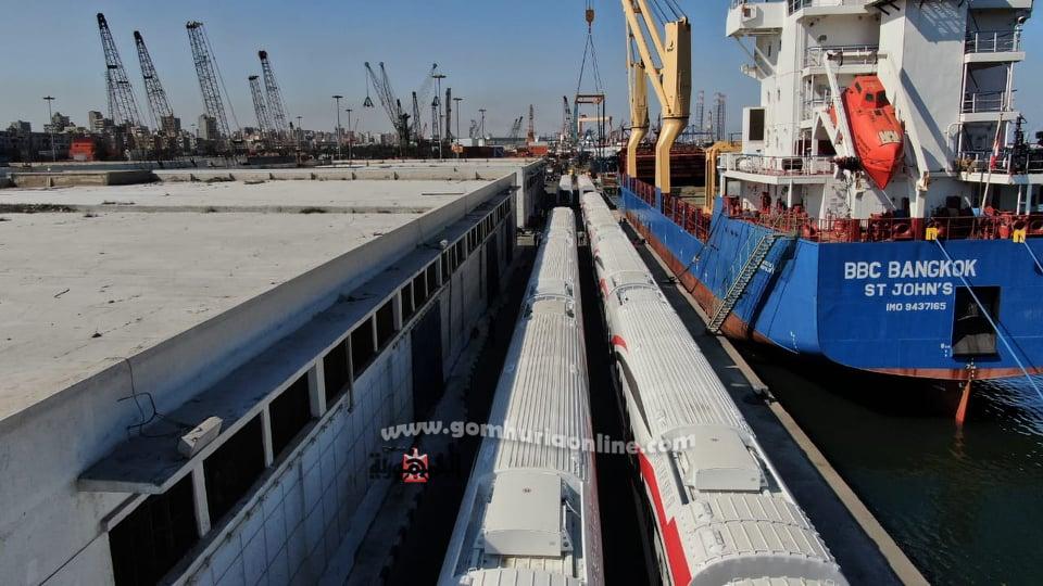 لليوم الثانى استمراررتفريغ شحنة  عربات السكة حديد من روسيا والمجربميناء الاسكندرية
