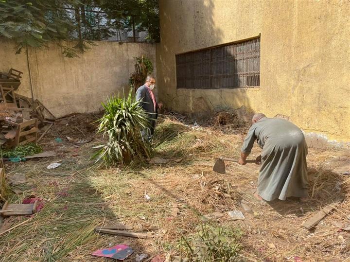 جمع المخلفات من الفناء الخلفى لمدرسة عثمان بن عفان الرسمية للغات