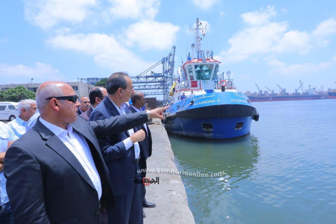 كامل الوزيراثناء زيارته الاخيره للميناء قبل اصداره قرارتغيررئيس الميناء