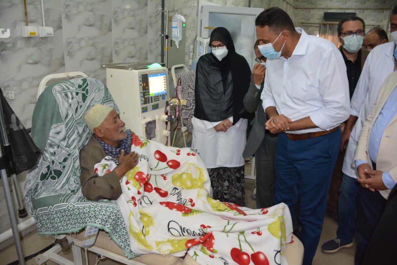 المحافظ يتفقد المستشفى والمرضى بدكرنس