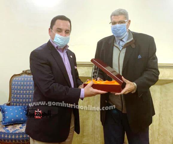 درع نادى قضاة الإسكندرية من رئيس النادى للدكتور أشرف الفقى
