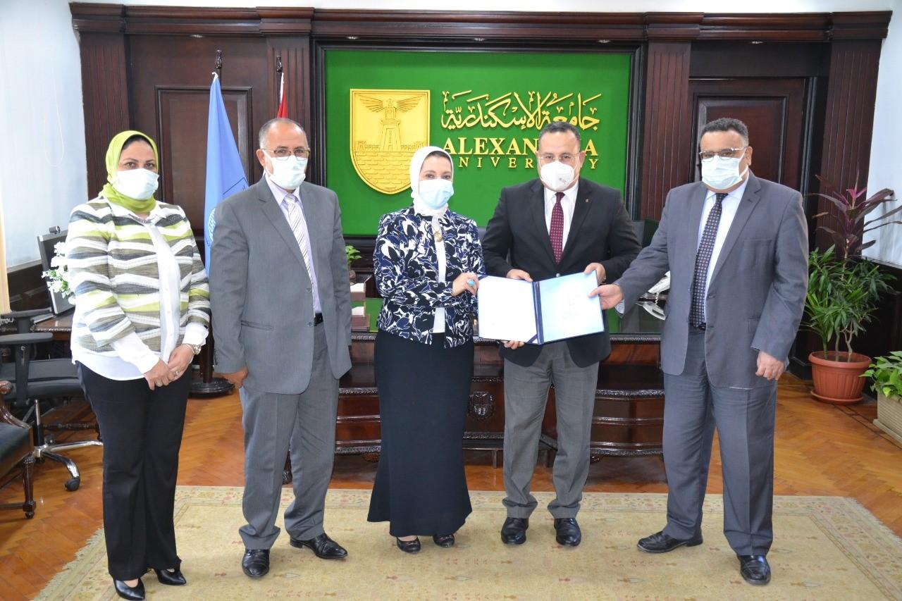 رئيس جامعة الاسكندرية يسلم عمداء 5 كليات عقود مشروعات طلابية وتميز واعتماد دولى