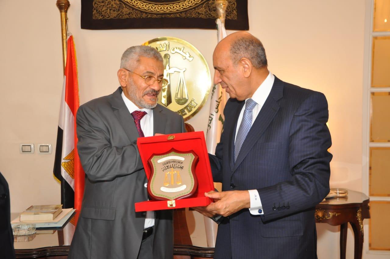 المستشار حسام الدين يهدى درع مجلس الدوله لرئيس المحكمه العليا باليمن