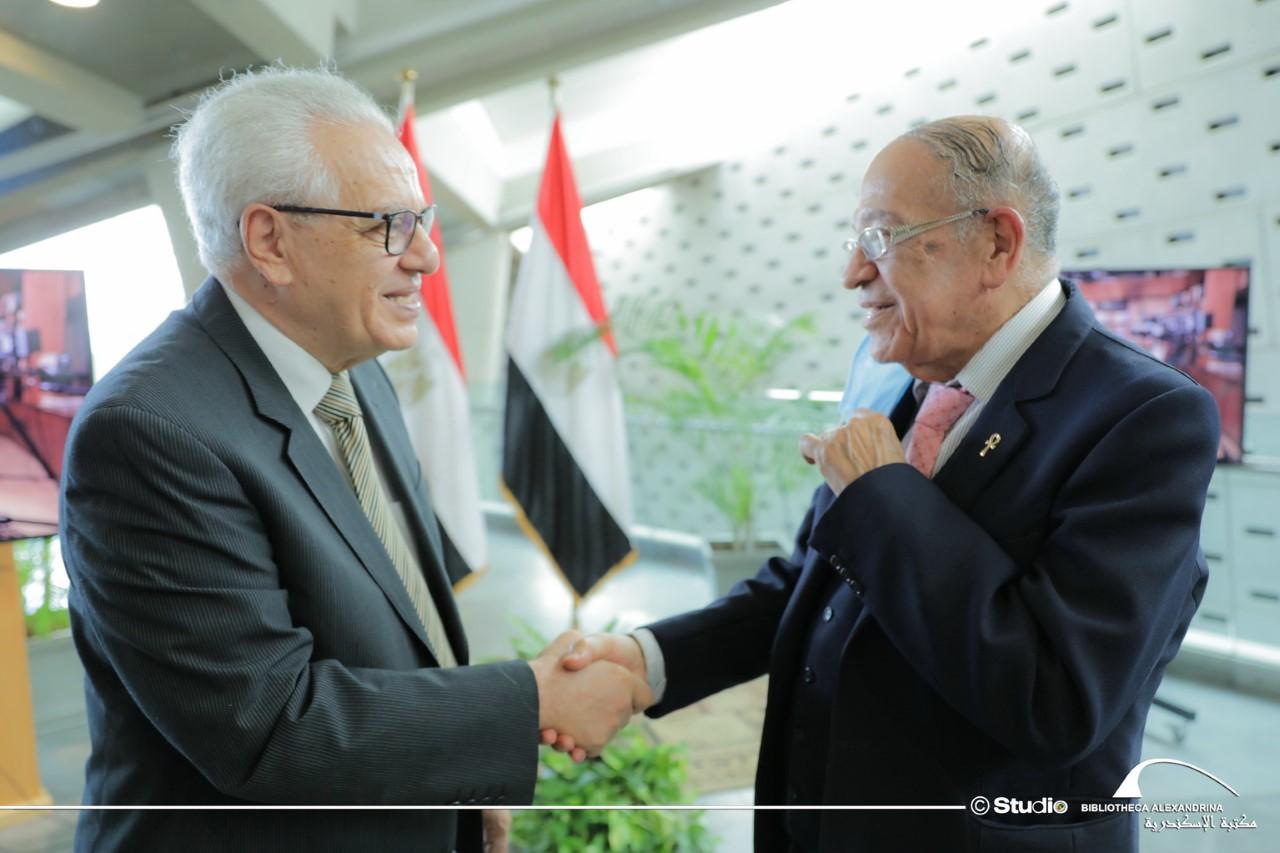 اهداء متحف الفنان محمد شاكر لمكتبة الاسكندرية
