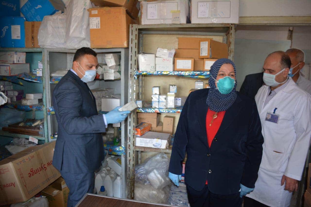 هيثم الشيخ ومنال الغندور اثناء تفقد مستشفى السنبلاوين