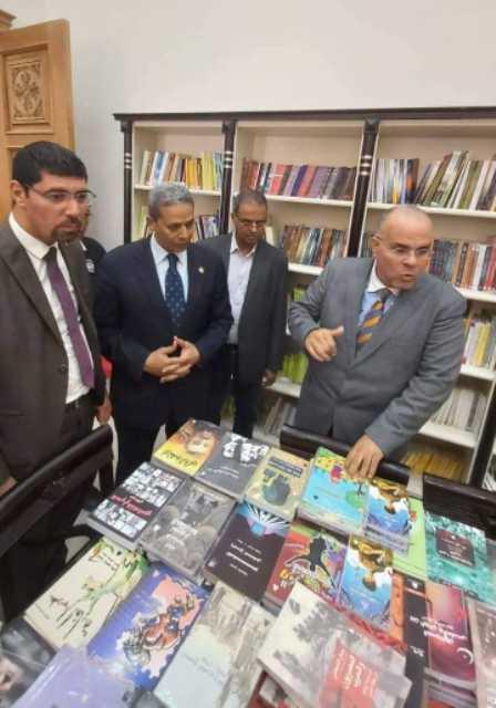 وكيل وزارة الثقافه يبتفقد المعرض مع مدير البطريركيه