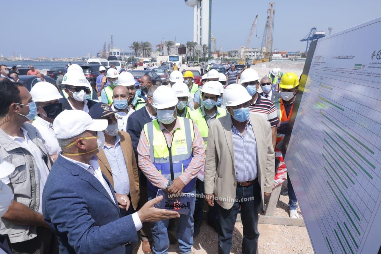 وزير النقل يتابع تنفيذ عدد من المشروعات بالميناء