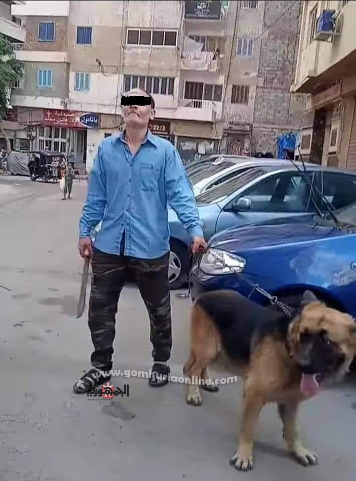 البلطجى اثناء تهديده الاهالى بمنطقة السيوف بسلاح ابيض سيف وكلب مفترس--