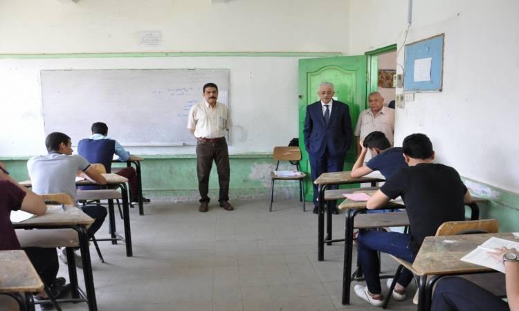 طلاب اولى ثانوى يبدأون امتحان مادتى الفلسفة والفيزياء