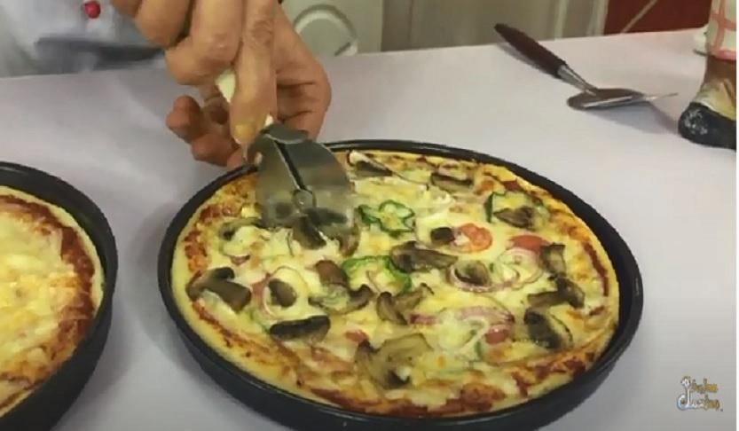 عجينة البيتزا بطريقة المطاعم