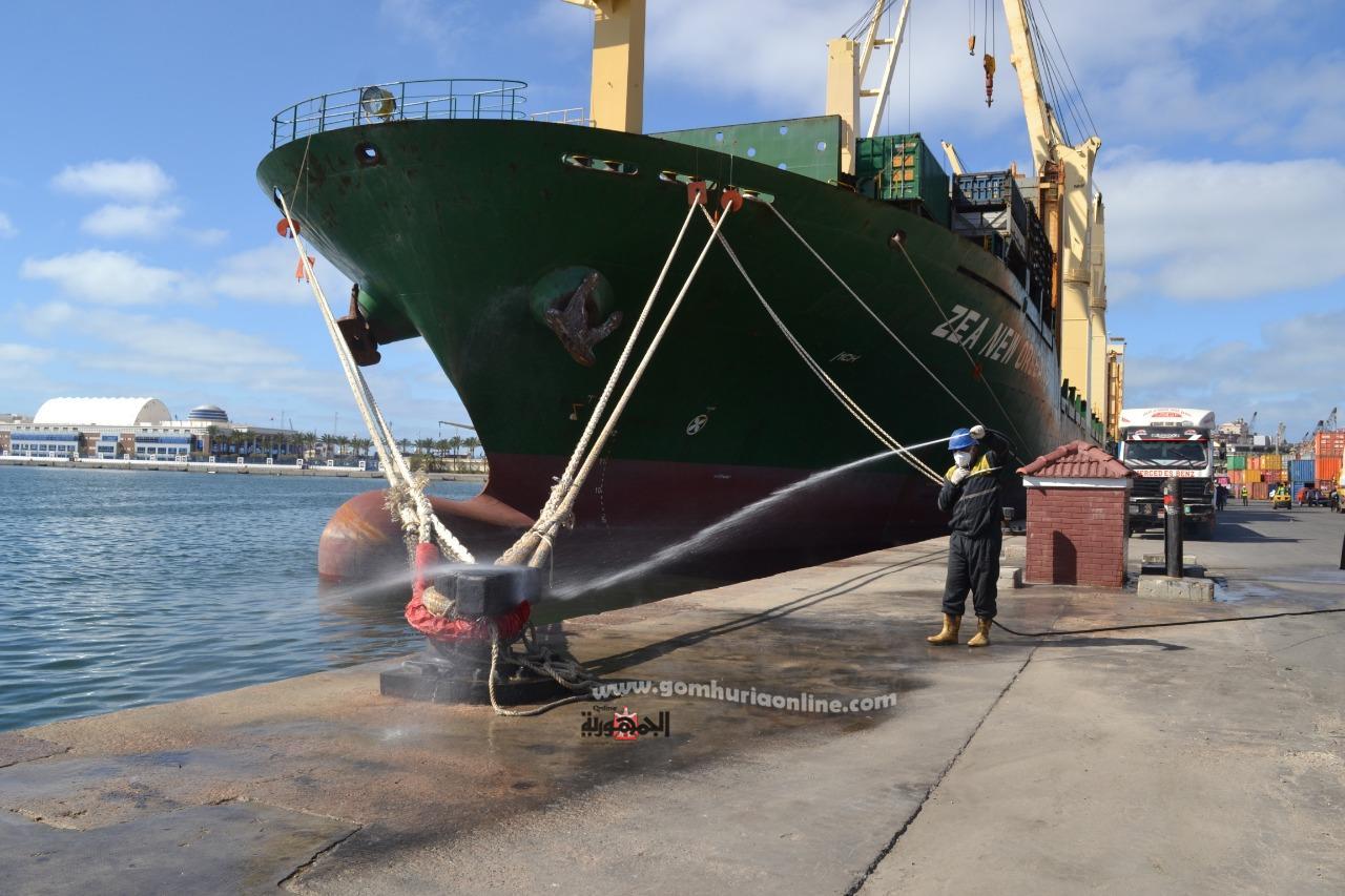تطهيرالسفن والارصفة بميناء الاسكندرية لمواجهة كورونا---